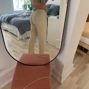 Weekday bukser købt på zalando. Aldrig brugt og stadig i emballage. Bukserne på billedet er et par magen til (både størrelse og farve).   Model: Rowe Str: 29/32