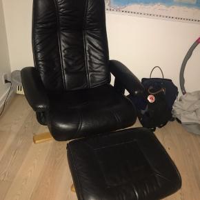 Sælger min elskede lænestol i læder fordi jeg skal flytte og ikke har plads til den. Lækker kvalitet og god at sidde i.