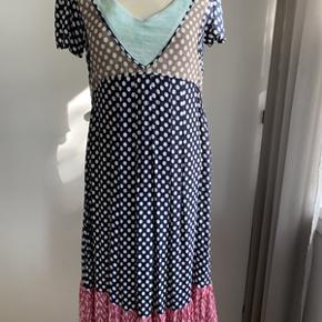 Flot Lysgaard kjole str. M. Kjolen er forret. Kjolen er rigtig flot, men desværre gået lidt op i forret ved halsen, kan syes(derfor den lave pris) Materiale 100% viskose. Længde 104 cm og brystomkreds 96 cm.