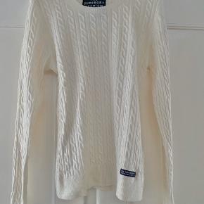 Blød strik i uld/cashmere  Farven er ikke kridhvid. Brugt og har lidt fnuller som kan fjernes med en uldbørste.  Vasket få gange