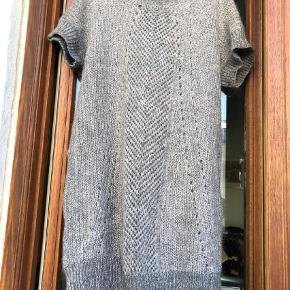 Varetype: Midi Farve: Grå  Lækker strikkjole  90cm lang  60cm over brystet x 2 (den skal sidde løs)  Sidder løs på mig, skøn til efteråret