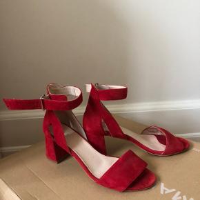 Flotte sandaler, som kun er brugt en gang indendørs!! Fremstår helt som nye ❤️