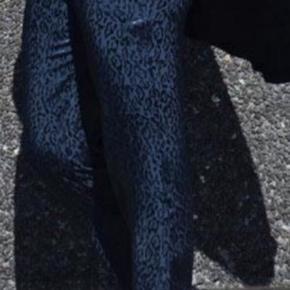 Flotte blå leo bukser fra Saint Tropez.  De har skrålommer, elastik i taljen (pånær forstykket).  OBS - er kun brugt 1 gang, så de er fuldstændig som nye.  100% viskose.  Nypris kr. 600,-.   Køber betaler porto ved forsendelse.