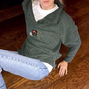 Sælger denne cool vintage sweater 🌸 sweateren er lidt oversize i modellen og kan fitte de fleste størrelser, jeg er Xs/S