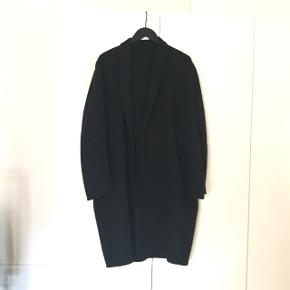 Selling my Charles Coat from Acne Studios in black, size 52. 85% wool, 15% cashmere. Very soft and cozy. Fits oversized. Two buttons came off, but I still have them. Can easily be fixed. For fitting etc. see here: https://www.acnestudios.com/dk/en/charles/22K134-I89.html Fixed price!