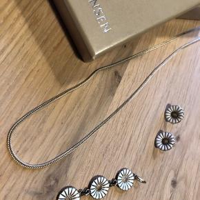 Georg Jensen vedhæng 3 blomster og tilhørende ørestikker, begge dele med guldbelægning. Vedhænget er købt uden kæde men hvis man ønsker kan sølv kæden på billedet medfølge.   Det hele sælges kun samlet for 1395,- via mobilepay   Dette er en fast pris  Bytter ikke med andre varer