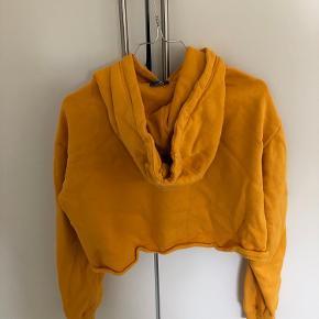 Det er en cropped hoodie, som højest er brugt et par gange.