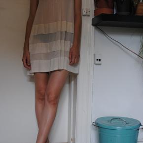 Fin og luftig sommerkjole.  En anelse misfarvet ved halsudskæringen men ikke noget man ser når kjolen er på (heller ikke muligt at affotografere).