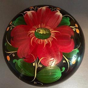 Smuk rund lak æske fra Rusland. Sort bundfarve med blomst i stærke farver. I fin stand. Diameter måler 12cm og højden 5cm. Den er i fin stand.