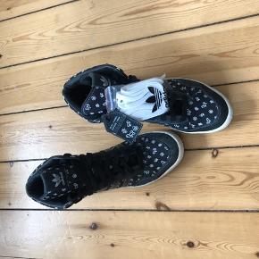 Adidas sneakers i str. 11,5 (svarer til en 45). Aldrig brugt men har noget misfarvning på sålen. Kommer med hvide snørebånd som ekstra tilbehør 🌼