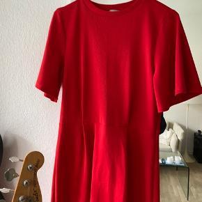 Fin rød kjole, går til knæene. Brugt få gange, men lidt tegn på brug i stoffet enkelte steder❤️