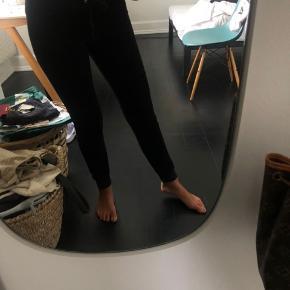 Der er et lille hul i bukserne (som er syet sammen)