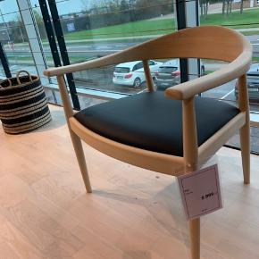Sælger denne helt nye design Kiki stol, købt for 5999,- som også ses på billedet.   Mp er 3500   Er i Århus