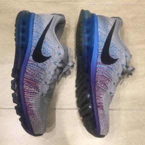 - Nike air max flyknit  - Cond 7/10  - Str 44/28cm  - Hentes i Aalborg  - Kan sendes på købers regning