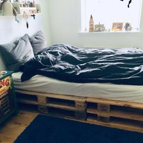 - To mdr. gammel - Sælges kun pga. pladsmangel.  - Fed seng bygget af paller - inkl. madras samt rullemadras.   - Madras købt i Ikea https://www.ikea.com/dk/da/p/hamarvik-springmadras-fast-morkbeige-50244487/ - 25 års garanti. - Rullemadras - Foret indeholder små vokskapsler, der absorberer og frigiver overskydende kropsvarme. Når kropstemperaturen stiger, absorberes den overskydende varme, og når temperaturen falder, frigives varmen. Du opnår en ensartet kropstemperatur og en god nattesøvn. Du sover behageligt og tørt, fordi tekstilet indeholder lyocellfibre, der absorberer fugt. https://www.ikea.com/dk/da/p/hamarvik-springmadras-fast-morkbeige-50244487/  - 8 træpaller der er sikkerhedsgodkendt til anvendelse som indendørsmøbel. Slebet til på liggefladen. De behøver ikke at skrues sammen så er nemme at flytte