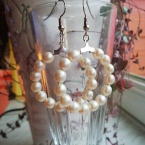 Sødeste creoler-øreringe i eget design med perler 🌸🌸🌈🌈 Se også mine andre søde smykker her på TS 🧡  Leveres i cellofanpose og med gummidutter bagpå, så de sidder godt fast. Porto som brev er kr. 10,-