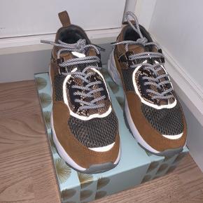 Super fede Og behagelige dog får jeg dem ikke brugt da jeg har for mange sko i forvejen... derfor er de kun brugt 2 gange og mest indenfor på arbejde.