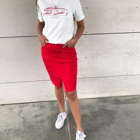 SÆLGER HELE SÆTTET ❣️  - lækker rød nederdel, fra Modström, str s .. aldrig brugt   - fed T-shirt fra weekday, ny med prismærke