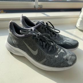 Nike flex sneakers i grå, str. 40. Har kun været brugt indendørs, så de er i super fin stand😊