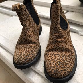 Flotte leopard ruskind sko fra Angulus med sort såler, de er brugte få gange og er i god stand,  nypris 1199 kr