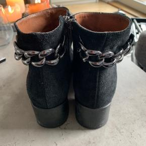 Sælger mine støvletter fra bianco i ruskind str. 38  Brugt få gange så er i god stand   Billedet ser ret lyst ud men de mere sorte i virkeligheden     ALT SKAL VÆK! SÆLGER UD DA JEG SKAL FLYTTE!! Så køb en masse ting billigt