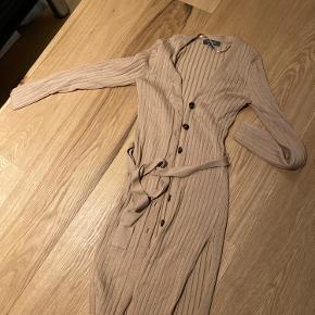 Super sød. Kan bruges som kjole. Eller udover en buks. Den kan også bruges som trøje til udover. Der er bindebånd. Den er brugt en enkelt gang. Mærket er primark