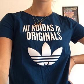 T-shirt fra Adidas i str 38. Trøjen er lille i størrelsen og ville bedømme den til at minde mere om en str 36.  Brugt få gange og derfor i rigtig god stand:)