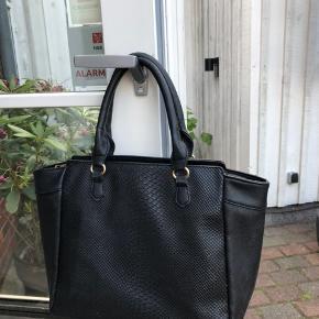 Fin taske fra mærket T.R.E.N.D  Den er brugt et par gange, det ses dog ikke på taskens stand.