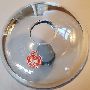Holmegaard Rondo vase, største str. 12,3 x 13 cm. Den har Stadigvæk Holmegaard mærkatet. Den har en skramme, se sidste billede i midten. Ellers flot Design Per Lütken, signeret. Pris 275 kr ↑