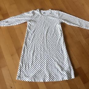 Sød råhvid natkjole med firkløvernønster str 122 cm 6-7 år