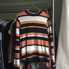 Stribet Asos trøje med knap i nakkenStr 44, men er meget lille i størrelsen, svarer nok mere til en str 38-40. Det er min egen normal str.   Brugt 1 gang   Meget blød i stoffet