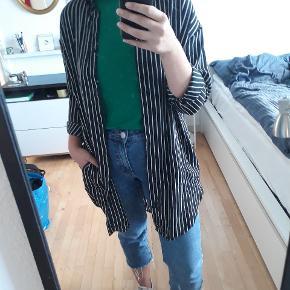Lang skjorte fra monki (med lommer!), kan også bruges som kjole 👗 Den er lidt oversized som ses på billedet 🌸 Brugt en enkelt gang.