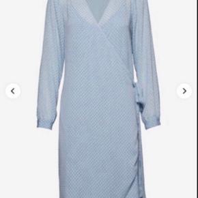 Super sød slåom kjole i smuk baby blå farve. Detaljer som små guldknapper på skulderen og tilhørende underkjole😊 ny og ubrugt😊👍