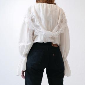 Overvejer at sælge denne smukke bluse fra Balenciaga - købt hos Thirdhand vintage. Sælger kun til 1800kr, hvorfor bud herunder ikke er af interesse.