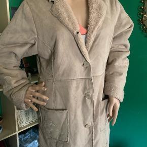 Rulams jakke m/ blomster tryk på begge lommer og begge ærmer. 100% polyester  Str: M-40-42.( Jeg selv bruger 38 og sidder pænt)🙂 Mærke : Visual woman.