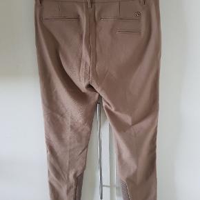 Et par super lækre bukser i str. 38 i model Milton. De er lys brune og er virkelig fede, men de er desværre købt for store, så jeg får dem ikke brugt, og så tænker jeg at en anden skal have muligheden. Bytter gerne med en 36 i samme, ellers ikke