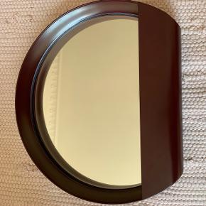 Fint lille spejl i vinrød farve. Som nyt