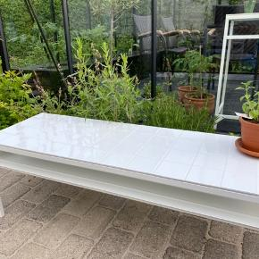 Fint sofabord med hvide blanke fliser og hvid fuge  Kan bestilles med fliser i din yndlingsfarve ♡    Mål  120x40x40  Afhentning : 2300 KBH S  Ikeahack, Retro, fliser, sofabord, ikon, mosaik, stue, planter