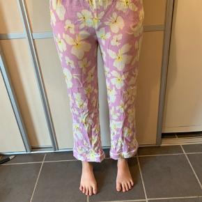 Løse bukser fra resume, elastik i taljen, modellen er 169cm