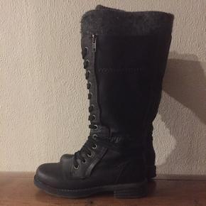 Flotte støvler fra Marco TozziRigtig gode at gå i og i pæn stand  Ikke en del af tøjpakke!!