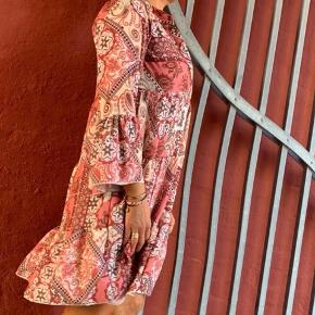 Lækker tunika/kjole fra Bæltekompaniet i str one size.. Den er go rummelig og passes fra str S-XL  Brugt i få timer.. Nypris 400 kr. - nu kun 160 kr. Befinder sig i Tarup - Odense NV