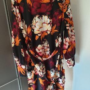 Super flot kimono i sort med blomster print i vinrød og orange