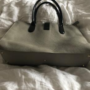 Grey Leather handbag. Grå håndtaske med sorte detalje. Den passer perfekt til at få en computer med også