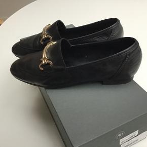 Skønne sort loafers med guld bidsel. Prøvet et par gange. Sender med DAO
