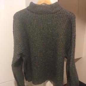 Fin sweater i uldblanding (se den præcise sammensætning på billede 3). Str. S, men med oversize pasform. Farven er grøn/blå/brun/grå-meleret (lidt svær at beskrive, men super flot ☺️).