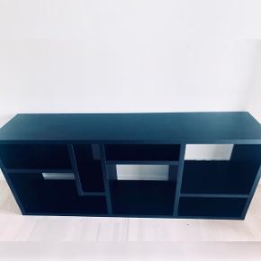 Flot tv bord i sort farve sælges  Meget fint stand selv Den blev brugt en del   Mp 500kr Kan afhentes i Århus c L: 183 cm H: 76,5 cm D: 40cm