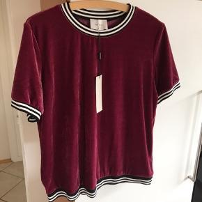 Smuk bluse den er ny med tags og aldrig brugt den er så lækker og flot Sælges kun da jeg har tabt mig rigtig meget så den er for stor øv øv😢den er ellers så fin og blød at have på😊😊