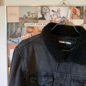 Sælger denne fede oversize denim jakke, er i en str.s, men passer oversize, så passer nok en m/L mere normalt. Er i fin stand💛