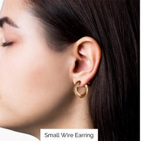 Sælger disse fine små Wire øreringe fra Jane Kønig! De er belagt med guld og er super søde til sensommerens fester osv. ✨  Bytter KUN til Jane Kønig's små chunky hoops. 😊✨