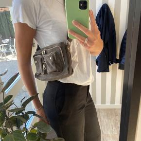 Sælger denne Nunoo taske i en lidt mørk grå, den har været i brug meget meget få gange og fremstår som ny uden skader:))